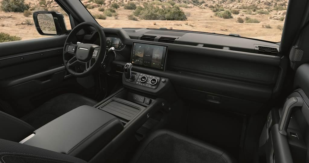 Land Rover Defender 90 V8 Carpathian Edition特仕版車室內透過全面革新的設計與運用大量頂級材質交織,展現現代奢華的設計美學風格,全車座椅採頂級溫莎皮革搭配Dinamica® 類麂皮與耐磨織布包覆,提供最舒適的乘坐品質。(圖/Land Rover提供)