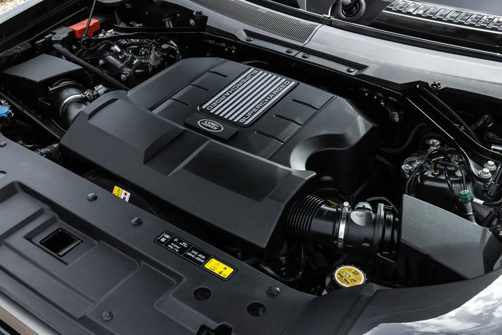 Land Rover Defender 90 V8 Carpathian Edition特仕版搭載5.0L 八缸機械增壓汽油引擎,最高動力輸出達到525PS與625Nm的強悍性能表現,0-100km/h加速僅需5.2秒,最高極速更可達240 km/h。 (圖/Land Rover提供)