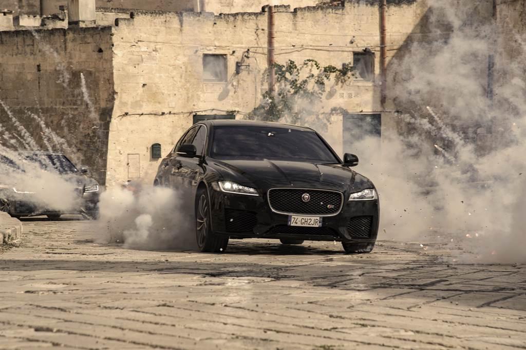 除了Land Rover Defender外,Jaguar XF也在電影中扮演反派角色,在古城中飛車追逐,展現精湛的操控實力。(圖/Land Rover提供)