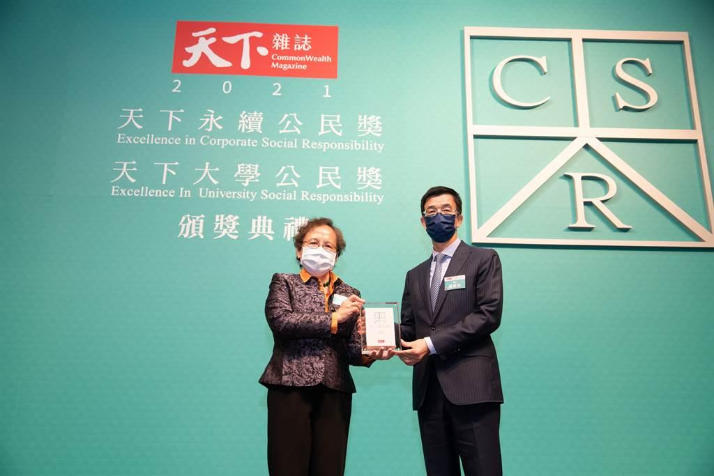 和泰汽車榮獲2021年「天下永續公民獎」大型企業組第十名,圖為TOYOTA售後服務本部副總吳家炎(右)與頒獎人金管會副主委蕭翠玲(左)。(圖/和泰提供)