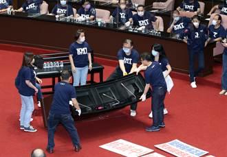直播》藍委立院怒「翻桌」 陳玉珍嗆:蔡英文說聽不到可以拍桌