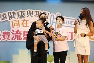 第1階段公費流感疫苗開打 周志浩攜譚艾珍、新醬帶頭接種