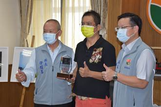 苗栗縣長徐耀昌表揚竹南攝影師曾進發  再奪國際攝影大賽金牌