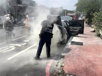桃園員警巡邏見車輛冒煙 急忙借滅火器幫忙