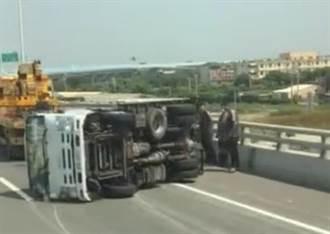 真漏氣!小貨車西濱快速道路突翻覆 車上兩人堆疊在一起