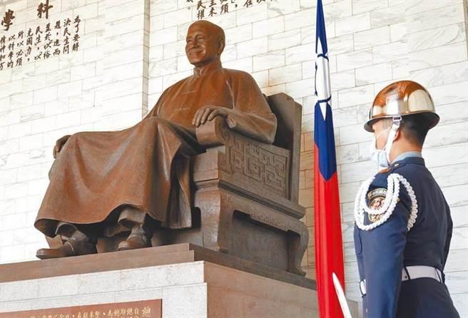 中正紀念堂內的蔣中正銅像。(資料照,姚志平攝)