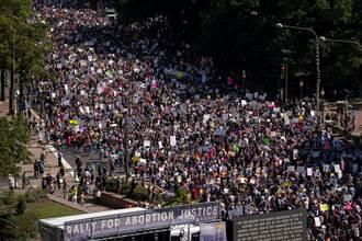 全美數萬人遊行示威 抗議墮胎法