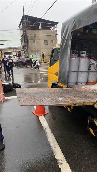 工程車升降機板未收起 女騎士疑擦撞倒地遭貨櫃車輾斃