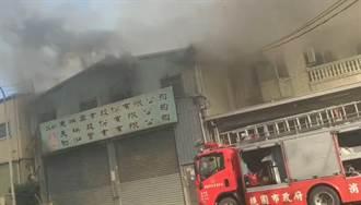 桃園蘆竹電子製造工廠竄濃煙 消防人員搶救中