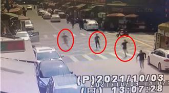 影》新港奉天宮前濺血!男當街遭追砍畫面曝光 行凶嫌犯1人落網