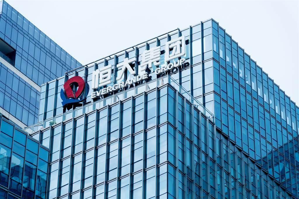 中國恒大、恒大物業4日在香港停牌。有地方政府成立風險化解專班小組,著手梳理恒大專案。(shutterstock)