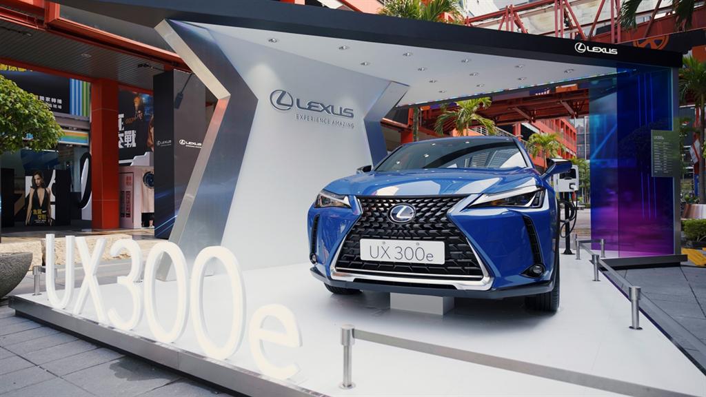 為響應《2021臺北時裝週》與VOGUE Fashion\'s Night Out活動,Lexus於威秀前廣場展出最新上市的純電潮旅UX300e響應永續時尚。(圖/Lexus提供)