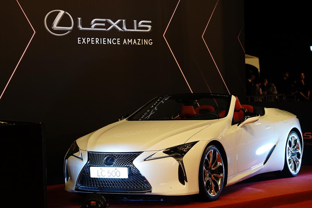 第56屆金鐘星光大道展示LC CONVERTIBLE車款。(圖/Lexus提供)