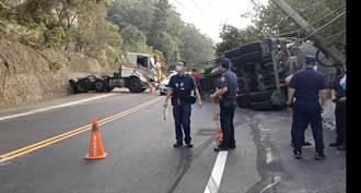 苗128線拖板車翻覆撞護欄 女駕駛困車內急救中