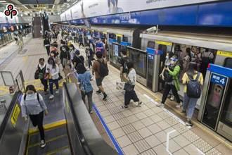 捷運上演全武行!上下車碰撞爆衝突 2男互毆猛踹乘客嚇壞