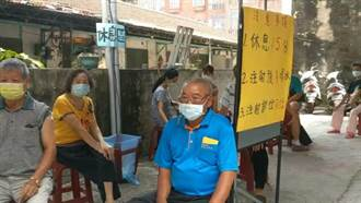 烈日下排隊打疫苗 南市議員搬風扇、礦泉水讓民眾消暑