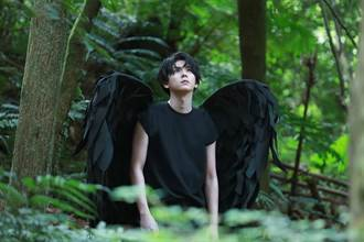 楊宇騰肩負5公斤翅膀狂奔 嘆「落難天使不好當」