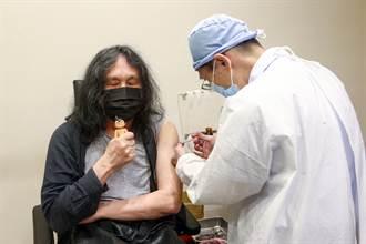 攝影家郭英聲帶著「弟弟」阿童木施打第二劑疫苗