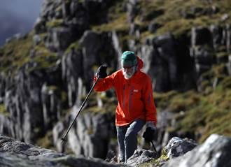 愛妻罹阿茲海默症 8旬翁攀蘇格蘭群山募款動人心