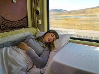 美艷人妻火車上遭強吻老公睡下面 色男忍不住:太漂亮了