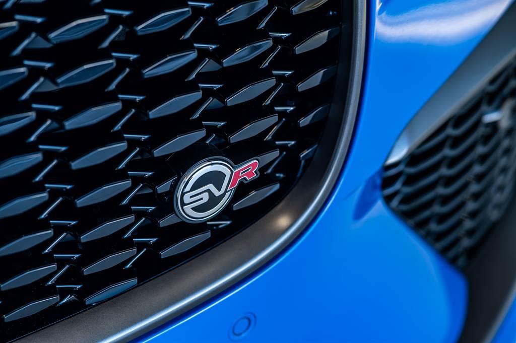 前保險桿運用刀刃式設計元素,融合嶄新的X型設計,兩側加大型煞車冷卻進氣口的格柵網狀線條靈感源自Jaguar XE SV Project 8,透過銳利的線條形塑,衝擊世人對於New Jaguar F-PACE SVR極具狂野風采的第一印象。(圖/Jaguar提供)