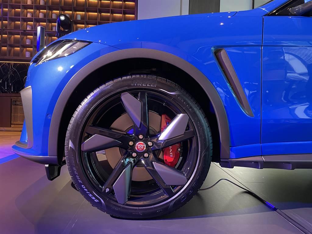 全面搭載全新21吋SVR專屬設計款式的鍛造鋁合金輪圈,與霸氣身型共同交織出性能味滿點的視覺張力。(圖/陳彥文攝)