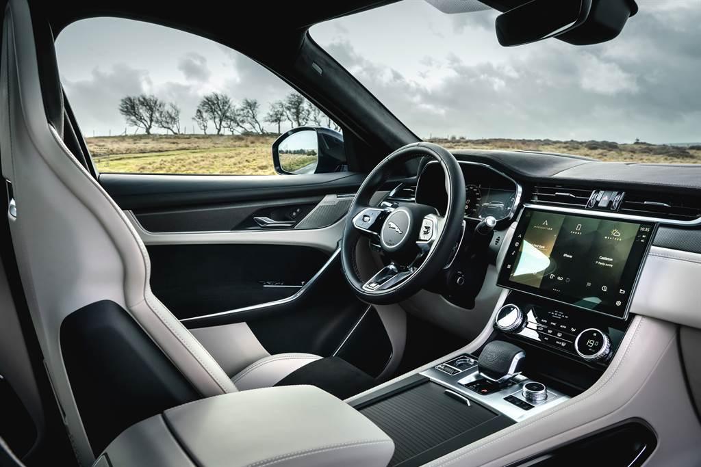 內裝採用頂級材質鋪陳,亦可選配更具跑車風格的鋁合金與碳纖維材質點綴,完美彰顯兼具現代奢華與高性能跑格的駕乘氛圍。(圖/Jaguar提供)