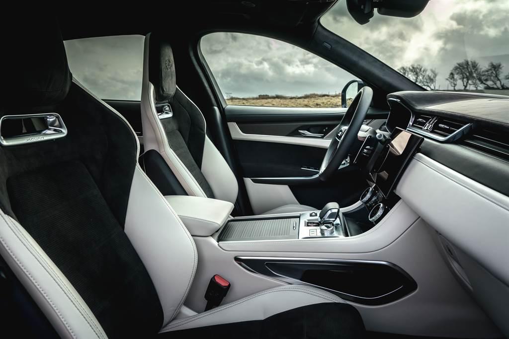 輕量化設計的高性能跑車化座椅具備14向電動調整、冷熱通風功能與三組記憶功能,透過運用Alcantara麂皮材質包覆盡顯其運動本色。(圖/Jaguar提供)