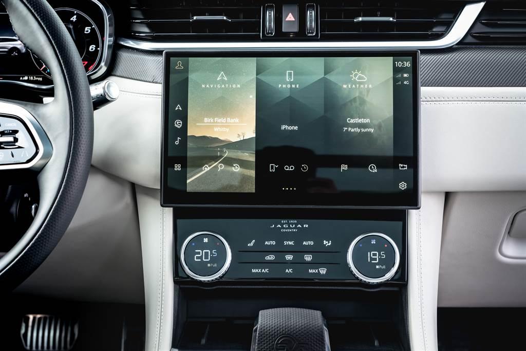 中控螢幕配置11.4吋曲面液晶顯示螢幕,搭載Pivi Pro車輛資訊娛樂系統,整合多項車輛即時資訊,具備SOTA無線軟體更新功能,可透過網路連結,隨時更新車輛軟體資訊。(圖/Jaguar提供)