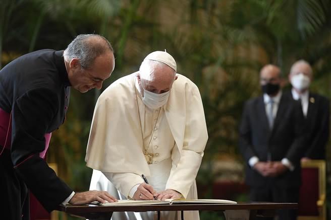 教宗方濟各及與會的信仰領袖們簽署「聯合宣言」。(梵蒂岡媒體部提供)