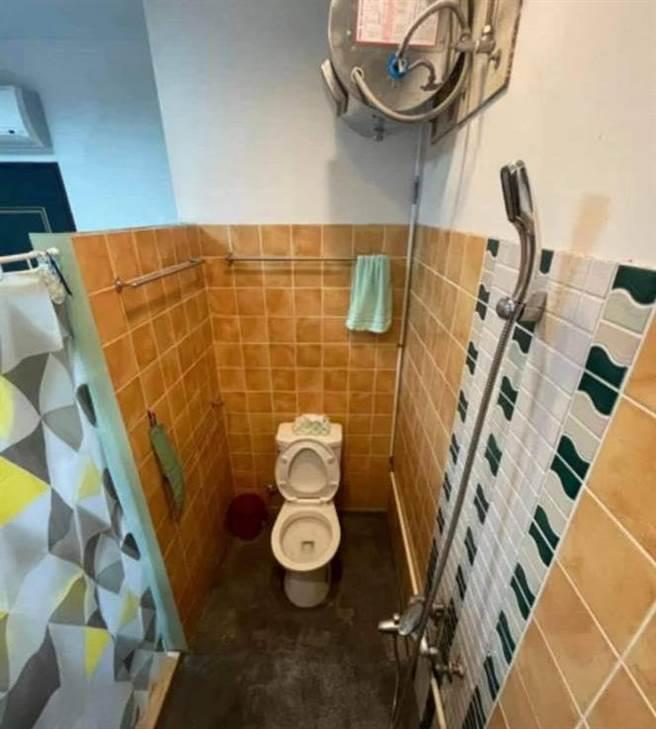 月租7500元的套房驚呆眾人,廁所僅用矮牆隔開,熱水器與蓮蓬頭都外露。(圖/翻攝自奇葩裝潢分享中心)