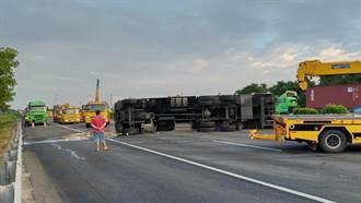 國1岡山段追撞貨櫃車橫躺佔3車道 全線封閉5小時後恢復通車