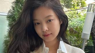 「人間香奈兒」Jennie深V中空裝超辣 側身洩惹火馬甲線