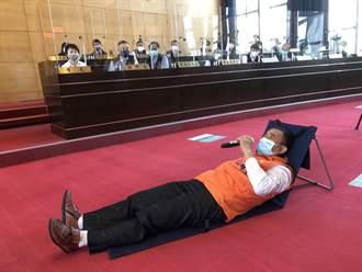 不滿市府自刪道路橋梁4億經費 台中議員送建設局長躺椅要他「躺著幹」