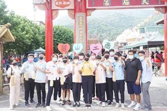 台東關山工商師生參加「與龍共舞」踩街 宣導防疫