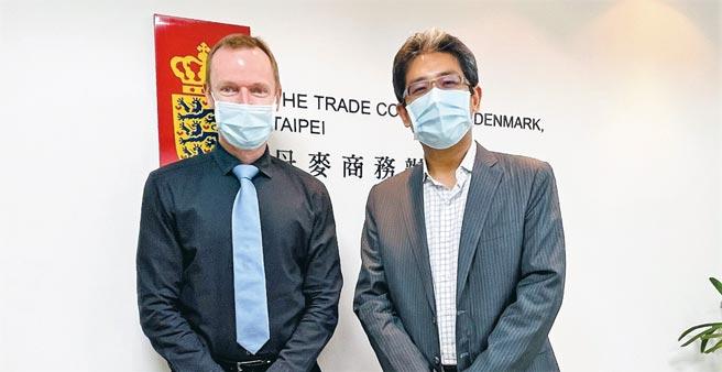 丹麥商務辦事處處長柏孟德(左)與丹佛斯台灣總經理楊馴民(右)相見歡。圖/台灣丹佛斯提供