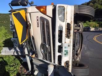 疑車速過快 大貨車翻覆撞上北宜公路護欄