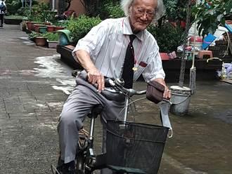 陳其邁訪百歲人瑞 贈1萬元重陽禮金及水果禮盒