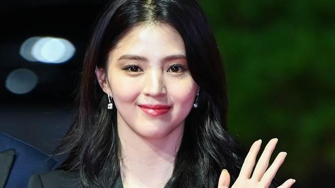 韓韶禧在昨日舉行的釜山電影節上穿著一件深V洋裝性感現身。(圖/IG@osen)