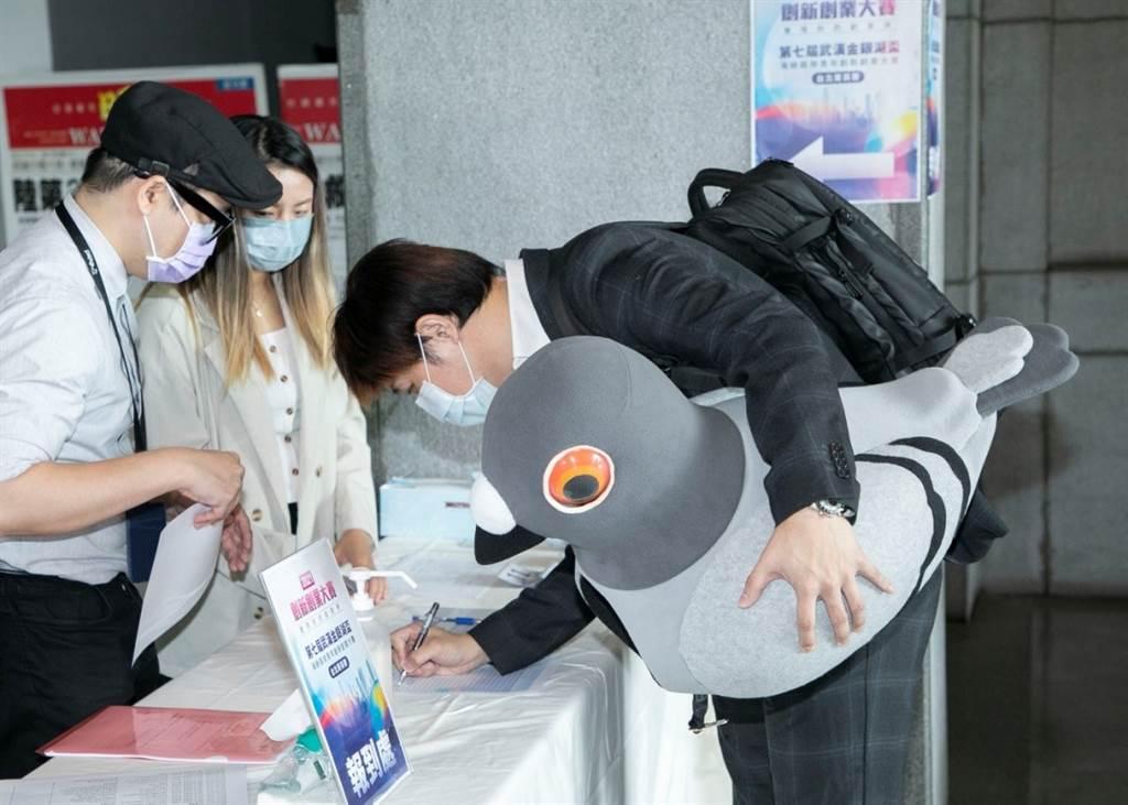 第七屆武漢金銀湖盃兩岸青年創新創業大賽,參賽選手帶著吉祥物報到。(攝影/林勝發)