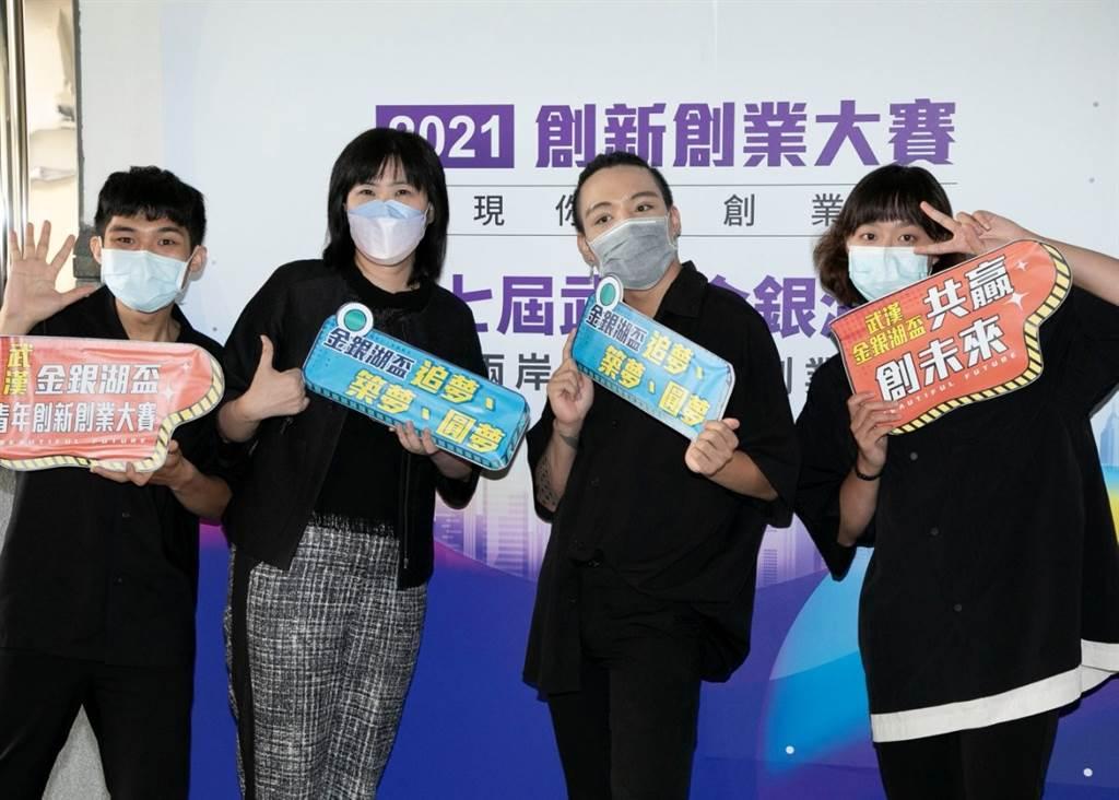 參賽團隊,臏臏工作室與評審邱琪瑄合影。 (攝影/林勝發)