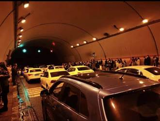 陸長假驚魂!陝西高速公路因暴雨坍方 遊客困隧道10多小時