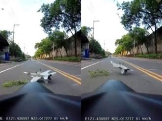 開車半路目睹「墜機」險遭機身猛砸 新莊駕駛嚇壞曝影像