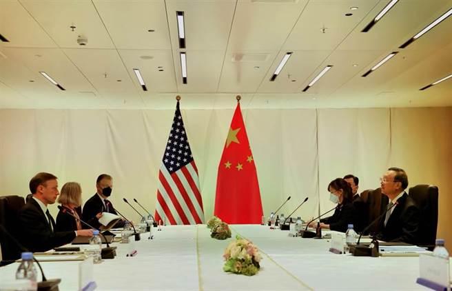 中共政治局委員、中央外事委辦公室主任楊潔篪,與美國國家安全顧問蘇利文在瑞士會晤。(新華社)