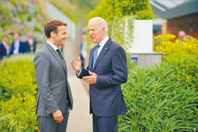 美國總統拜登和法國總統馬克宏通電話之後,法國駐美大使9月底已返回華府,法國駐澳洲大使近期也將返回坎培拉,以協助重新定義法國與澳洲的關係。圖為今年6月拜登(右)在英國出席G7領袖峰會與馬克宏(左)暢談跨大西洋盟邦間的未來。(摘自拜登推特)