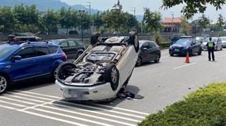 開車開到睡著 男自撞分隔島翻覆 四輪朝天躺路中