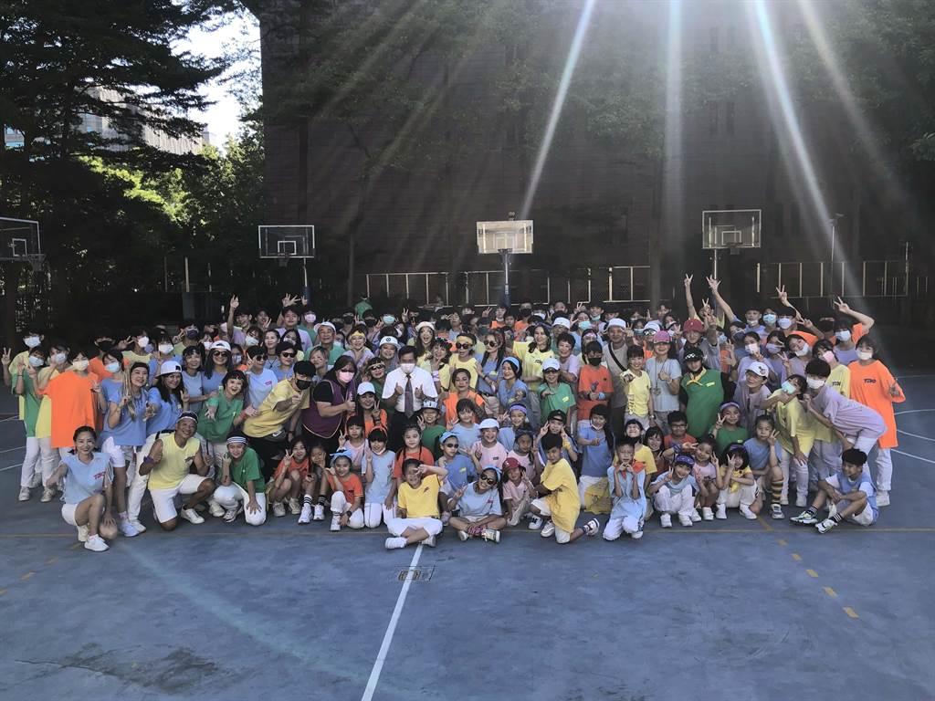 教育部長潘文忠與國慶大會表演團TBC舞團合影。(教育部提供/林志成台北傳真)