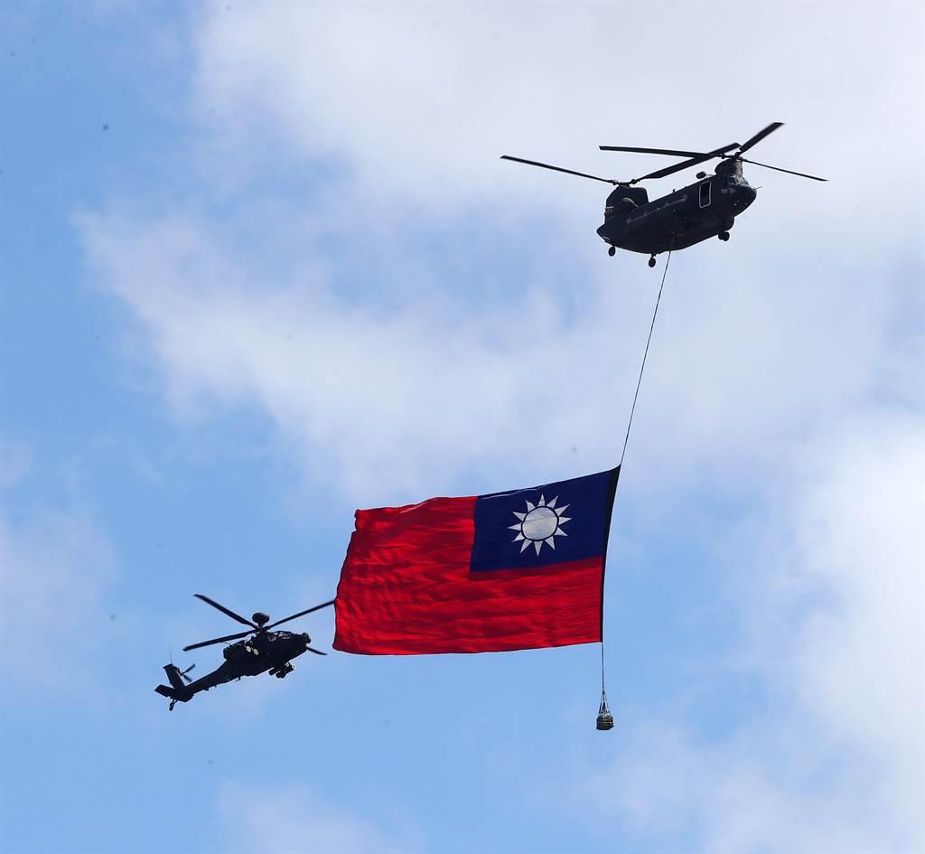 駐德代表謝志偉12日在臉書以「我的國旗告白」為題發文,內容引發爭議。圖為10日國慶大會陸軍契努克運輸直升機(右)吊掛史上最大型國旗進場。(劉宗龍攝)