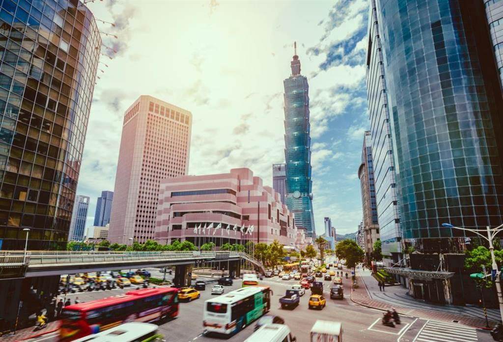 1名網友提問,若要在台北市置產,買1間中古電梯大樓還是3間老公寓比較好?(圖/達志影像)