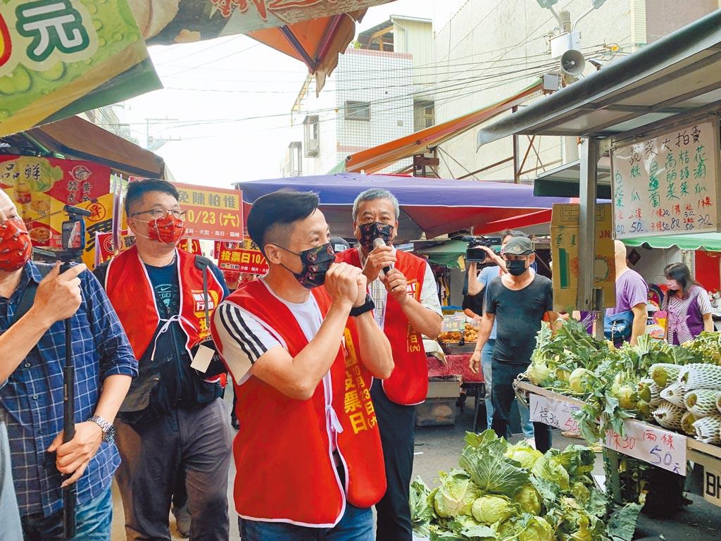圖為台北市議員李明賢(右二)、媒體人董智森(右一)日前到台中力挺刪Q總部,呼籲民眾用選票換掉不好的立委。(林欣儀攝)